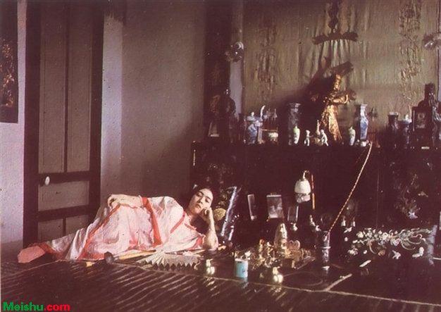 中国最早的一批彩色照片曝光 抽大烟的女子