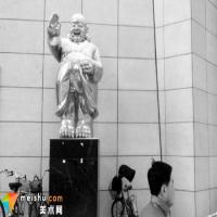 沈阳现穿风衣弥勒佛雕塑:市民称看着像门神
