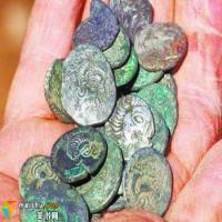 英国寻宝猎人挖地30年收获古币值千万英镑